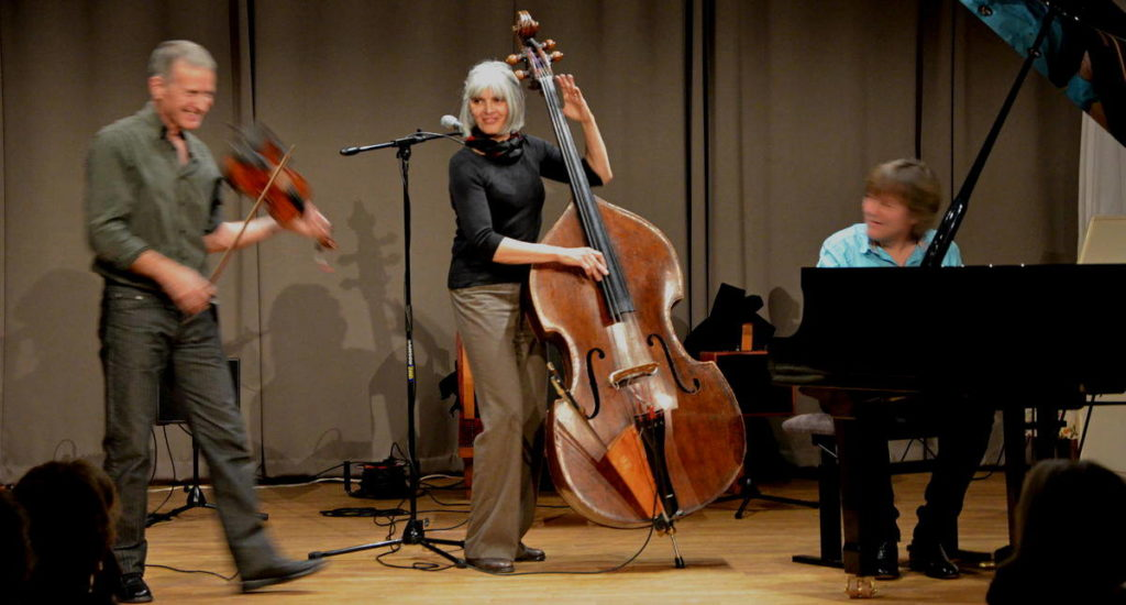 Trio Balkanology Patrice Gabet (violon, chant), Christiane Ildevert (contrebasse, chant) et Benoît Paillard (piano)