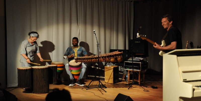 Marianne Le Moign (piano, guitare percussion, voix), Fred Derlet (guitares) et Adiouma Diabaté (balafon, percusions, chant).